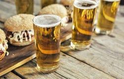Straatvoedsel de bar, bar, Oktoberfest, burgers, bier, sluit omhoog Rustieke stijl royalty-vrije stock foto's