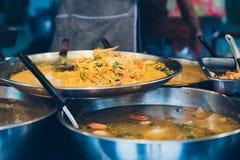 Straatvoedsel in een wok en een pan Royalty-vrije Stock Afbeeldingen