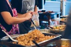Straatvoedsel in een wok en een pan Royalty-vrije Stock Fotografie