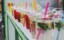 Straatvoedsel en dranken Vers fruitcocktail in een plastic glas royalty-vrije stock foto