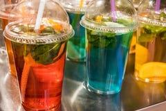 Straatvoedsel en dranken Vers fruitcocktail in een plastic glas royalty-vrije stock afbeelding