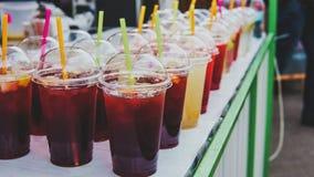 Straatvoedsel en dranken Vers fruitcocktail in een plastic glas stock afbeelding
