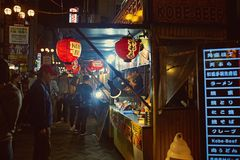 Straatvoedsel langs Dotonbori-Straat in Osaka stock afbeeldingen