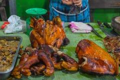 Straatvoedsel in Luang Prabang, Laos De heerlijke verkopende stokken van de voedselbox van geroosterd vlees aan toeristen Aziatis stock afbeeldingen