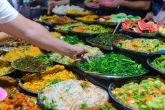 Straatvoedsel in Luang Prabang, Laos Heerlijke voedselbox die kleurrijke plantaardige schotels aan toeristen Aziatische keuken, s royalty-vrije stock foto's