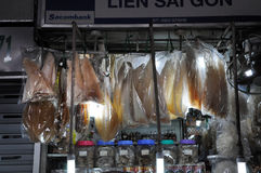 Straatvoedsel in Saigon, Vietnam Hangende vissen in de markt Stock Fotografie