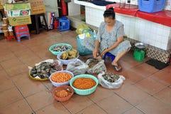 Straatvoedsel in Saigon, Vietnam Vissen, garnalen en mosselen Stock Foto
