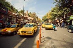 Straatweg met lijn van taxiauto's in Iran Stock Afbeelding
