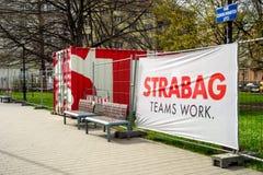 Strabag公司商标和容器在一个建造场所在俄斯拉发 库存照片