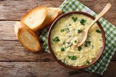 Stracciatella italiano da sopa do ovo com massa e parmesa do farfalline imagens de stock royalty free
