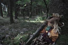 Strach na wróble zakrywający w wysuszonych liściach przy drzewo korzeniem fotografia royalty free