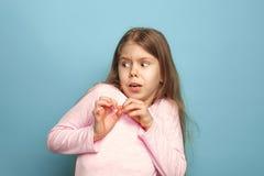 Strach Nastoletnia dziewczyna na błękitnym tle Wyrazy twarzy i ludzie emoci pojęcia zdjęcia stock