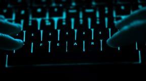 Strach - tekst na iluminującej komputerowej klawiaturze przy nocą zdjęcie stock