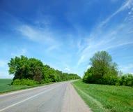 Strada abbandonata nelle zone rurali a distanza Fotografia Stock Libera da Diritti