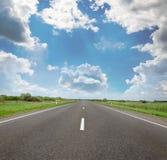 Strada abbandonata nelle zone rurali a distanza immagini stock