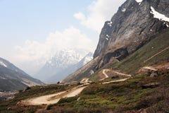 Strada ad allo zero assoluto (Yumesamdong) in Lachung, Sikkim del nord Inida immagini stock