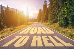 Strada ad inferno scritto sulla via nelle montagne Strada al testo dell'inferno sulla strada principale immagine stock