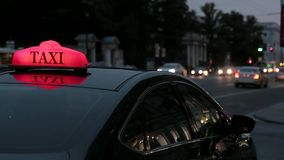 Strada affollata con la corrente delle automobili al crepuscolo in grande città all'aperto stock footage