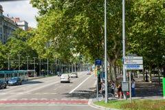 Strada affollata con la strada d'attraversamento della gente fotografia stock libera da diritti