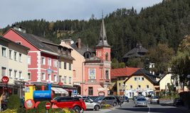 Strada affollata nella città di Spittal un der Drau l'austria Fotografia Stock