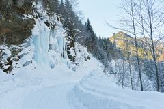 Strada al lato di una cascata congelata Fotografie Stock