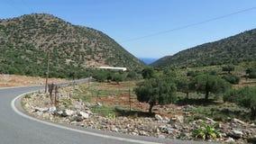 Strada al paesino di montagna Krasi su Creta /Greece Guidando lungo una strada con la vista sopra la baia di Malia archivi video
