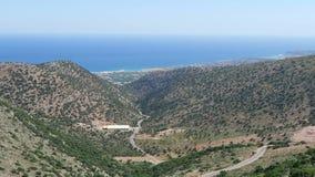 Strada al paesino di montagna Krasi su Creta /Greece Guidando lungo una strada con la vista sopra la baia di Malia video d archivio