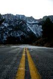 Strada al passaggio ed alla neve di Tioga immagine stock