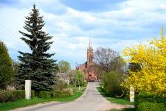 Strada alla chiesa nella città di Viesintos Fotografia Stock