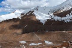 Strada alla montagna dell'Himalaya nel ladak, leh India Immagini Stock