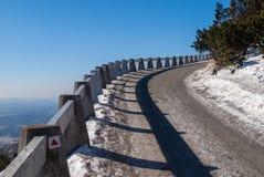 Strada alla montagna scherzata il giorno di inverno soleggiato, Liberec, repubblica Ceca Immagine Stock Libera da Diritti
