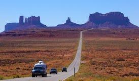Strada alla valle del monumento, Utah, S.U.A. Immagine Stock