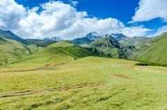 Strada alla valle ed alle grandi montagne con bello Immagine Stock Libera da Diritti