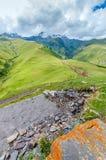 Strada alla valle ed alle grandi montagne con bello Fotografia Stock Libera da Diritti