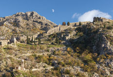 Strada alla vecchia fortezza Città di Cattaro, Montenegro Immagine Stock