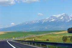 Strada alla vista della sorgente della montagna. Immagini Stock Libere da Diritti