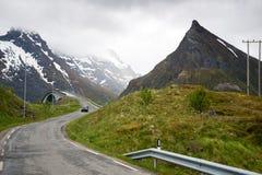 Strada alle montagne, isole di Lofoten in Norvegia Immagini Stock