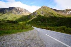 Strada alle montagne, isole di Lofoten in Norvegia Immagini Stock Libere da Diritti