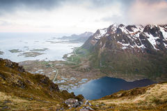 Strada alle montagne, isole di Lofoten in Norvegia Immagine Stock Libera da Diritti
