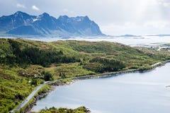 Strada alle montagne, isole di Lofoten in Norvegia Immagine Stock