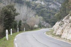 Strada in Alpes Haute, parco di Luberon fuori del villaggio di Lourmarin, pro Immagini Stock Libere da Diritti