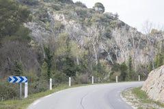 Strada in Alpes Haute, parco di Luberon fuori del villaggio di Lourmarin, pro Fotografia Stock