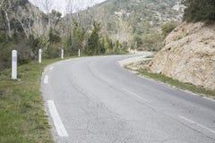 Strada in Alpes Haute, parco di Luberon fuori del villaggio di Lourmarin, pro Fotografia Stock Libera da Diritti