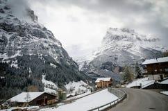 Strada in alpi nell'inverno, regione di Jungfrau, Svizzera Fotografia Stock Libera da Diritti