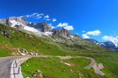 Strada alpina con il paesaggio della montagna Immagini Stock Libere da Diritti