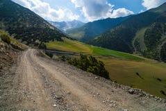 Strada in alte montagne Immagini Stock
