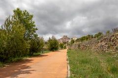 Strada alternativa per i pedoni attraverso cui potete accedere ad un paesino di montagna tipico fotografia stock libera da diritti