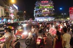 Strada ammucchiata di traffico del centro urbano a Hanoi Immagine Stock