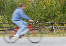strada andante in bicicletta dell'uomo del paese Immagini Stock Libere da Diritti