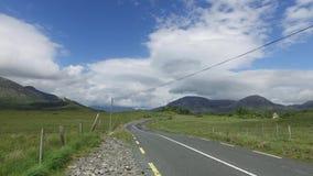 Strada asfaltata al connemara in Irlanda 26 stock footage